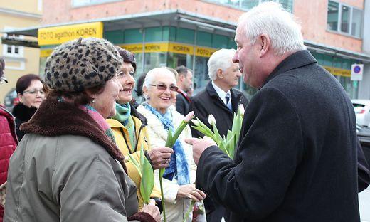 Landeshauptmann Hermann Schützenhöfer verteilt zum Valentinstag Blumen