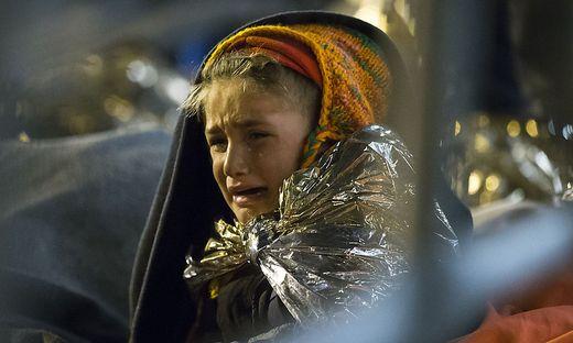 In Spielfeld scharen sich Flüchtlinge wie in den Nächten zuvor um Lagerfeuer