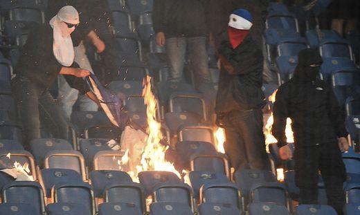 Rostock-Ultras verbrannten Hertha-Fahnen