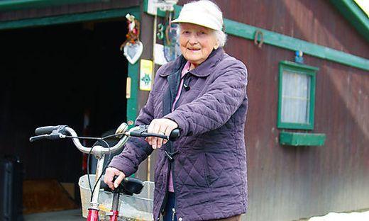 Ingeborg Preihs im Winter-Outfit mit ihrem geliebten Rad