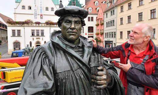Zum Jubiläum wurde die Luther-Statue in seinem Geburts- und Sterbeort Eisleben renoviert
