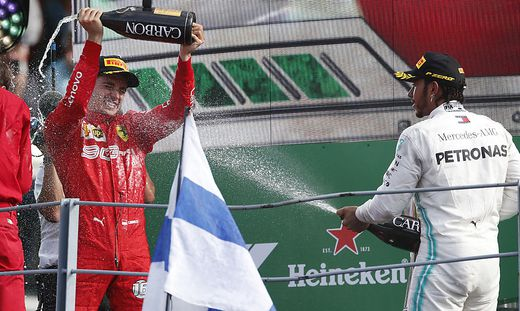 Charles Leclerc (links) und Lewis Hamilton