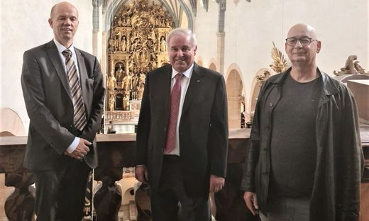 Schützenhöfer mit zwei Begleitern beim Besuch des Doms