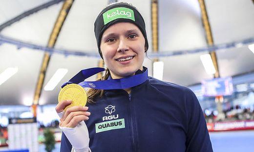 Vanessa Herzog strahlt mit Gold um die Wette.