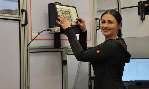 Werkstofftechnikerin Jasmin Jagersberger arbeitet unter anderem an Kerbschlagproben mit der Pendelschlagmaschine