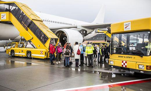 """Für die 240 Passagiere des ersten Russencharters gab es ein großes """"Hallo"""""""