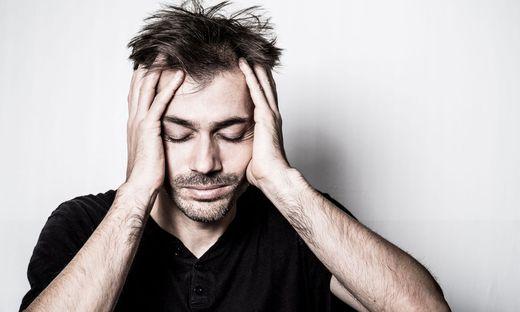 malade mal santé tête migraine maux de tête fatique fatigué usé dépression déprime homme saturé saturation burn out psychologie idée pensée surménage besoin calme seul problème