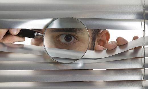 Zum Teil werden Mitarbeiter auch mit illegalen Methoden überwacht (Symbolfoto)