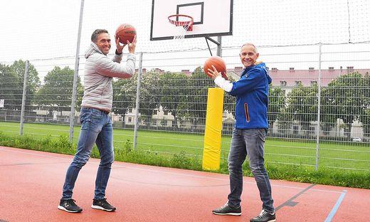 Sportreferent Jürgen Pfeiler und Sportamtsleiter Mario Polak freuen sich, Sportplätze wieder öffnen zu können.