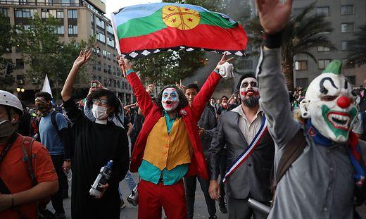 Ein Demonstrant als Joker in Chile
