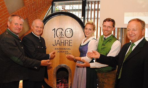 Erinnerungsbild vorm Jubiläumsfass: Franz Koller, Johann Seitinger, Weinhoheit Madleine I., Peter Stelzl und Alois Hausleitner