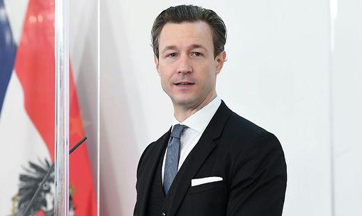 CORONA: PK ´Finanzminister Gernot Blümel (ÖVP) ZU STANDORT UND BESCH�FTIGUNG´: BL�MEL