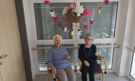 Olga Schratzer und Gertrud Bodner aus dem Altenheim Sonnenhang fertigen ganz besondere Glücksbriger