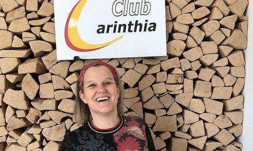 Vor ihrer ungewöhnlichen Holzscheiter-Küchenwand: Immobilienexpertin und Präsidentin Eva Wissiak