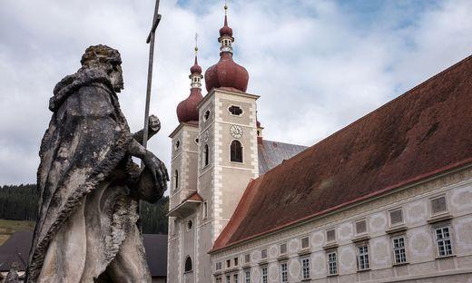 Das Stift St.Lambrecht mit Statue davor