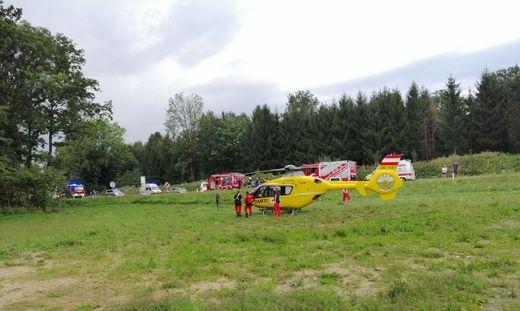 Der Rettungshubschrauber ist vor Ort. Die Einsatzkräfte suchen nach den Vermissten.