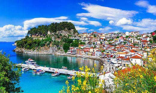 Das malerische Fischerdorf Parga an der Küste von Epirus