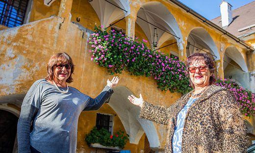 Als Kinder zogen Iris (links) und Astrid Panger mit ihren Eltern in die Herzogburg. Heute erhalten die Schwestern das historische Anwesen