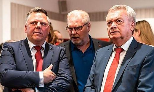 Ernste Gesichter bei Michael Ehmann, Horst Schachner (ÖGB) und LH-Vize Anton Lang (von links)