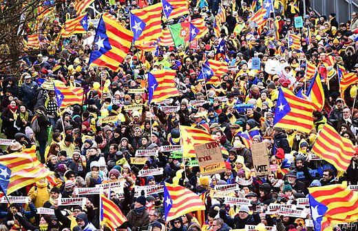 Menschen demonstrieren in Brüssel für Katalonien