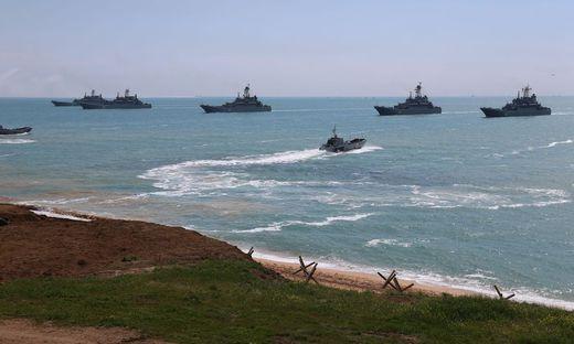 Russische Kriegsschiffe bei der Militärübung auf der Krim