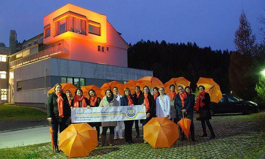 Initiatorinnen der Aktion vor dem beleuchteten Gebäudeteil des Krankenhauses Waiern