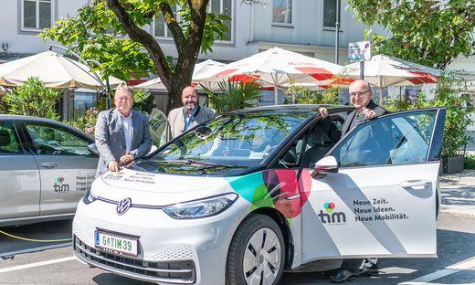 Bischof Wilhelm Krautwaschl mit den Holding-Graz-Vorständen Wolfgang Malik und Mark Perz