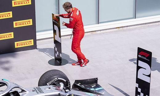 Sebastian Vettel stellte das Schild für den zweiten Platz vor Hamiltons Mercedes