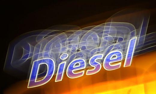 An der steuerlichen Begünstigung von Diesel gegenüber Benzin wird sich nichts ändern, stellte Köstinger in Interviews klar