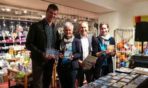 Heinz Breschan und Horst Florian zeigen mit zwei Mitarbeiterinnen das Lernsystem in der Buchhandlung