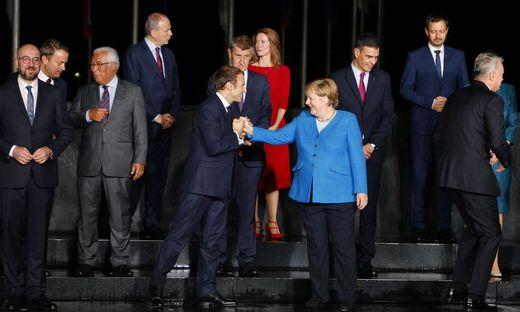 Begrüßung zwischen Merkel und Macron beim Gipfel in Brdo