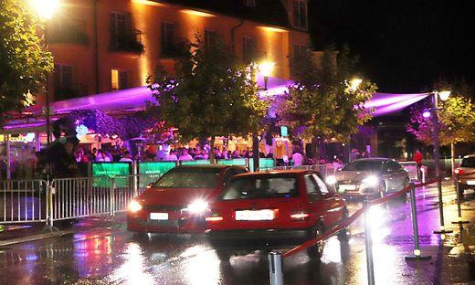 Auch bei strömendem Regen drehen die GTI-Fans und Tuner ihre Runden, wie hier in Velden