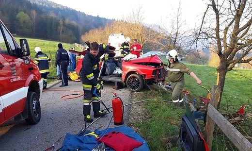 Da die Gefahr bestand, dass das Auto zu brennen beginnt, standen Feuerlöscher bereit