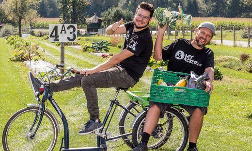 """Befüllen die """"Ackerbox"""": Patrick Kleinfercher und Christoph Raunig"""