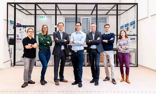 Michal Barcis, Petra Mazdin, Christian Bettstetter, Stephan Weiss, Bernhard Rinner, Roland Jung und Agata Barcis (von links)