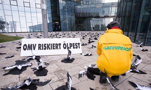 Greenpeace sorgt immer wieder mit Protestaktionen gegen die OMV für Aufsehen