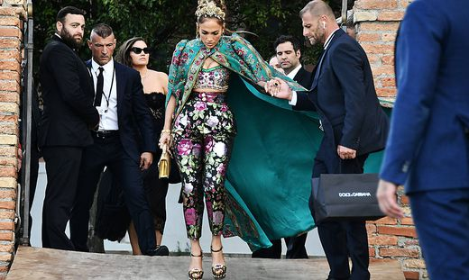 Venezia, Evento Dolce & Gabbana - Jennifer Lopez lascia l Hotel San Clemente e arriva alla sfilata in Piazza San marco P
