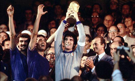Torwart Dino Zoff mit dem FIFA Weltpokal daneben v li Giuseppe Bergomi Claudio Gentile alle Ita