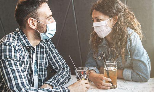 Ein Treffen im Cafe? In Innenräumen unter Menschen fühlen sich viele mit Maske sicherer.