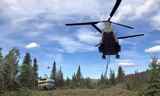 """Mit einem Chinook-Heli transportierte man am 18. Juni 2020 den Bus ab, in dem """"Alex Supertramp"""" lebte"""