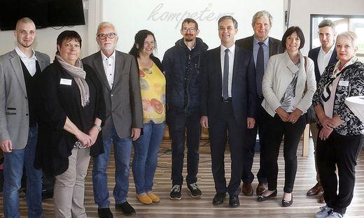 Geschäftsführer Arthur Krieger (l.) mit Kompetenz-Gründer Anton Krammer (3.v.l.) und Ehrengästen
