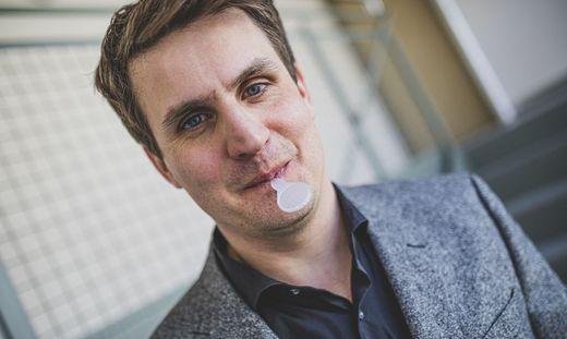 Jungunternehmer Nikolaus Resch mit dem Lollipop-Test im Mund