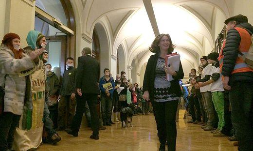 Murkraftwerksgegner standen heute im Rathaus auch für Elke Kahr Spalier.