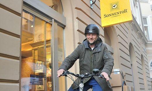 Die Bestellungen werden innerhalb der Stadt CO2-neutral mit dem Fahrrad ausgeliefert.
