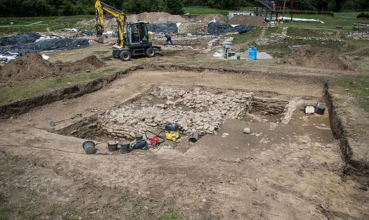 Die Steinstruktur bildete den Unterbau des Tempels. Er wurde vermutlich in der Mitte des ersten Jahrhunderts errichtet und stand inmitten des Forums
