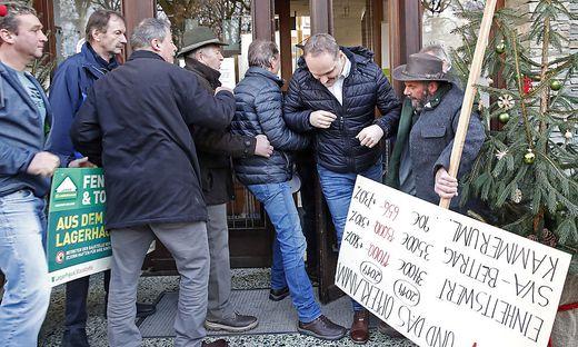 Die protestierenden Bauern stürmten mit Transparenten Schloss Krastowitz in Klagenfurt