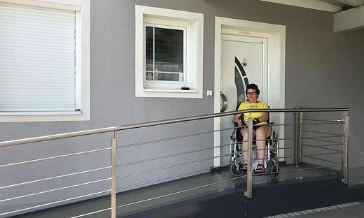 Karoline Koller an der neuen Rampe im Eingangsbereich des Wohnhauses in St. Stefan