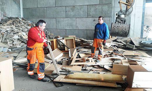 Das Nachsortieren von Altholz ist mühsam und oft kaum noch möglich