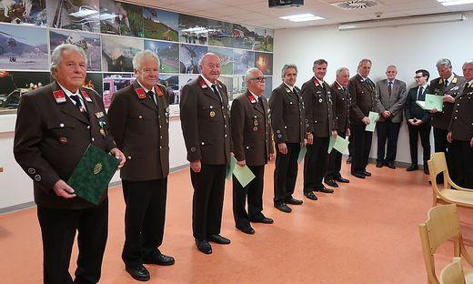 Ausgezeichnete Feuerwehrleute, darunter für 75, 70 und 60 Jahre Engagement
