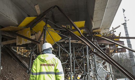Brücke und Gerüst krachten mit 800 Tonnen Stahl, Holz, Beton auf die Bahngleise.